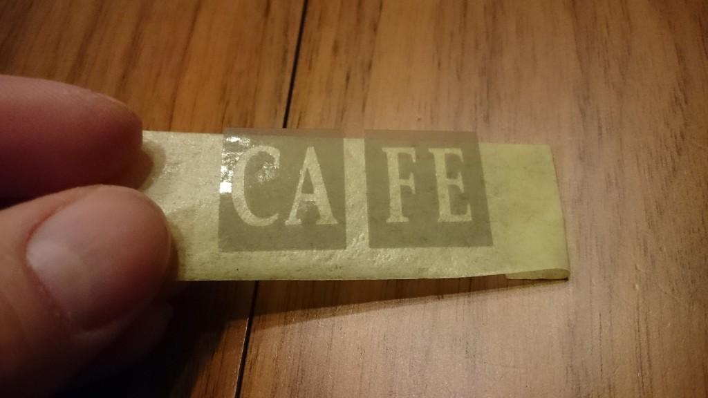 """Her er folien løftet af bagpapiret og er klar til at blive overført til """"glasset"""""""