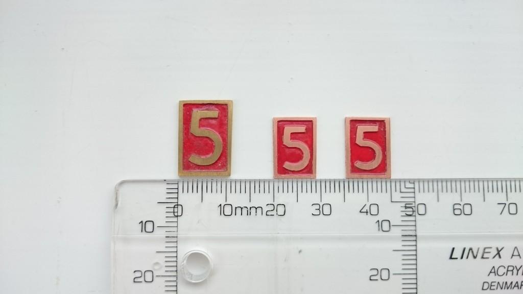 Her ses det færdige resultat. Det store skilt (11x16 mm) er af messing. De små skilte (9x13 mm) er af kobber.